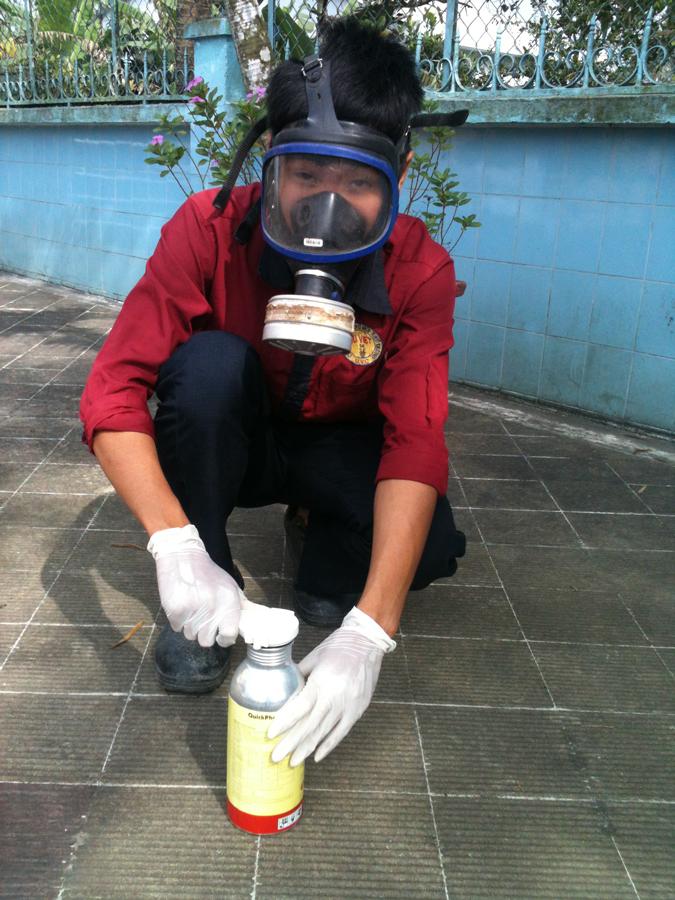 nhân viên thực hiện phun sát trùng